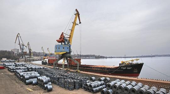 Продукция Запорожстали в речном порту Запорожья